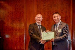 协会常务副主席顾赛教授向中英文化教育交流中心总经理杨荣森先生颁发致谢状